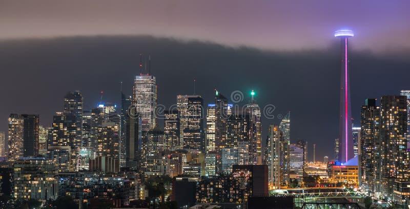 Toronto urbain a illuminé l'horizon - le nuage de pluie lumineux se déplace rapidement dedans images libres de droits