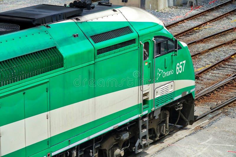 Toronto va tren que llega la estación de la unión adentro en el centro de la ciudad imagen de archivo libre de regalías