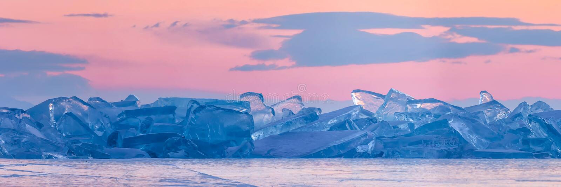 Toros azuis de Baikal na perspectiva do céu cor-de-rosa do alvorecer e das nuvens roxas Panorama largo imagens de stock