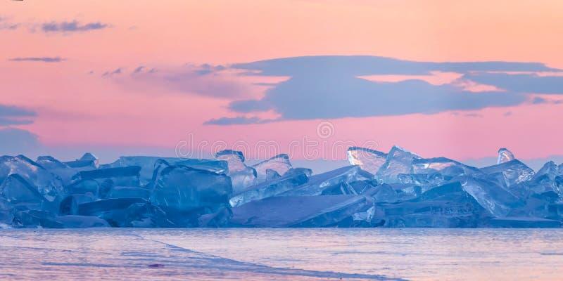 Toros azuis de Baikal na perspectiva do céu cor-de-rosa do alvorecer e das nuvens roxas Panorama largo foto de stock