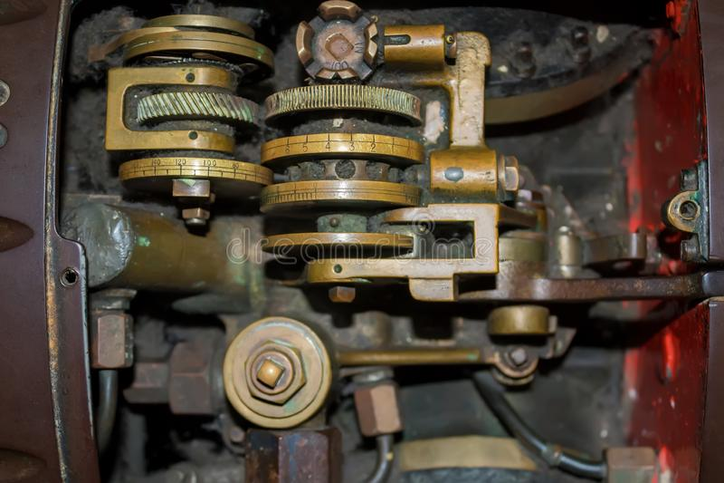 Torpedomechanisme in een oud schip stock afbeeldingen
