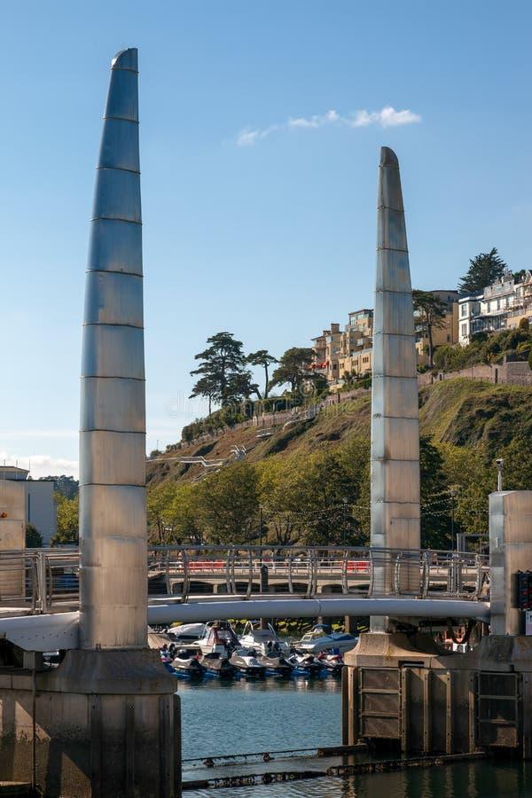TORQUAY DEVON/UK - JULI 28: Sikt av den moderna bron i Torqu royaltyfri fotografi