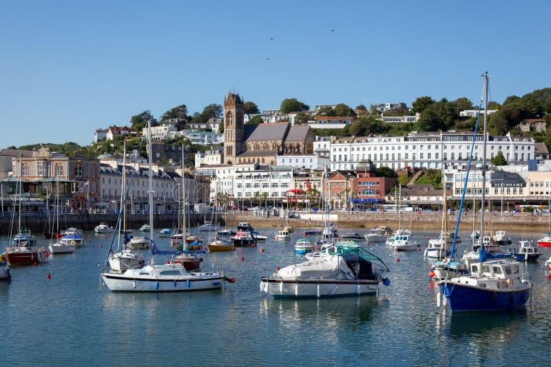 TORQUAY DEVON/UK - JULI 28: Sikt av staden och hamnen in till royaltyfria bilder