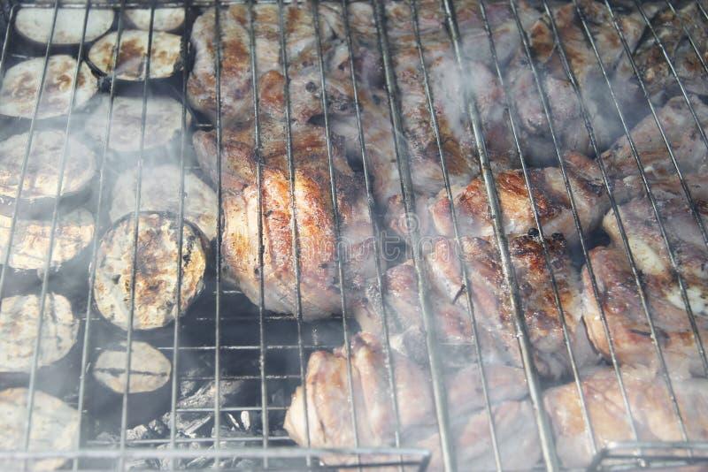 Torréfaction de barbecue sur le feu et les charbons photos libres de droits