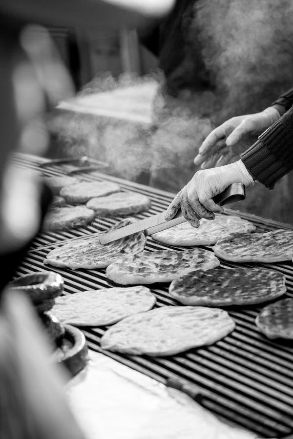 Torréfaction dehors des pains minces sur le barbecue en noir et blanc photo libre de droits