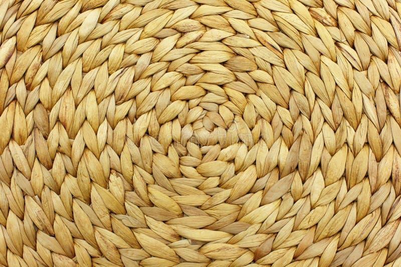 Torr bakgrund f?r bananbladkonstverk med cirkelstrukturen Vide- placematbakgrund Rund traditionell handgjord rottingmodell royaltyfria bilder