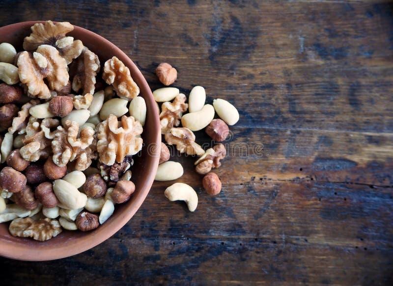 Torr fruktblandning utan skal: valnötter, hasselnötter och kasjuer arkivfoto