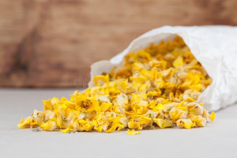 Torr mullein blommar i en pappers- påse royaltyfri foto