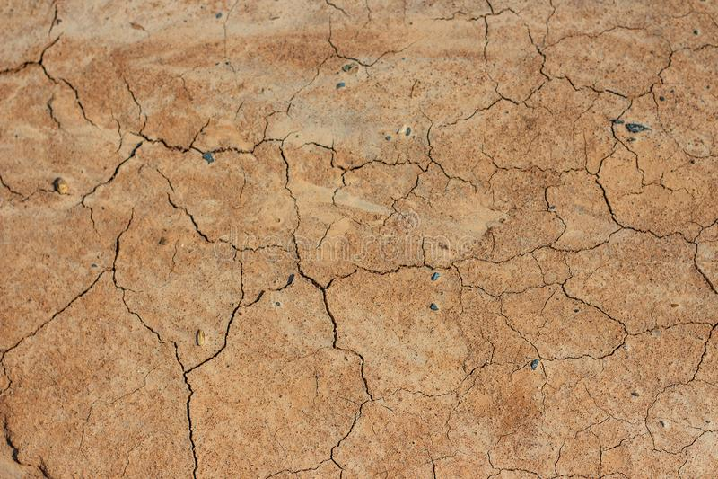 Torr och sprucken jordtextur arkivbilder