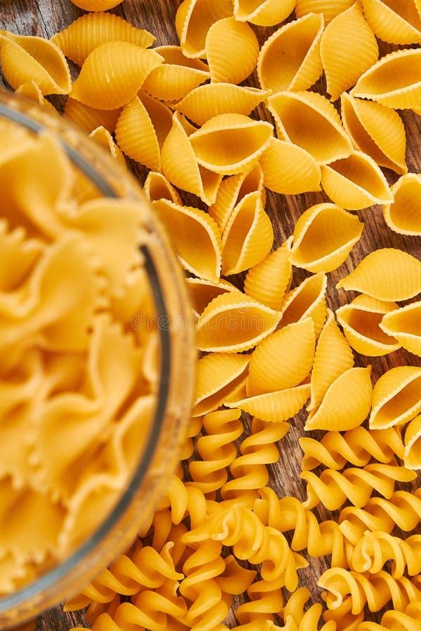 Torr pasta av olika former och typer arkivfoton