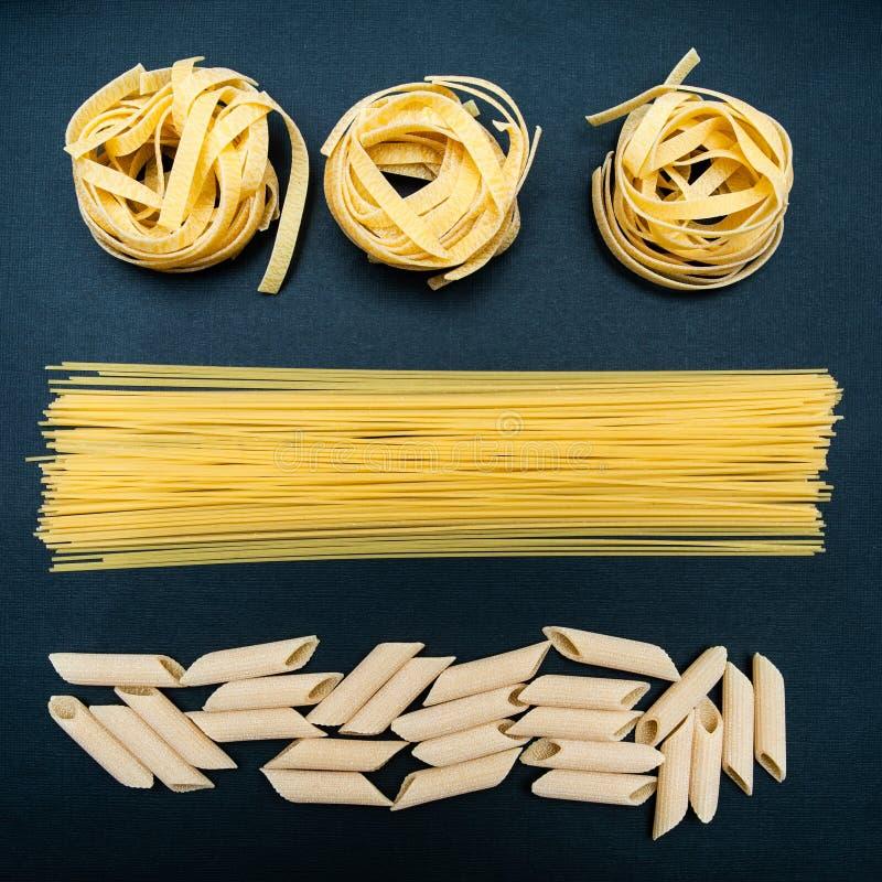 Torr pasta av olika typer på en svart fotografering för bildbyråer