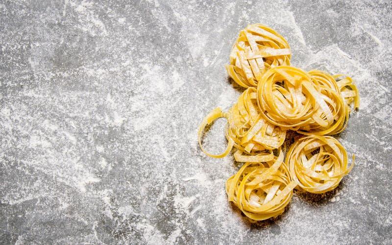 Torr pasta i mjöl På stentabellen arkivbilder