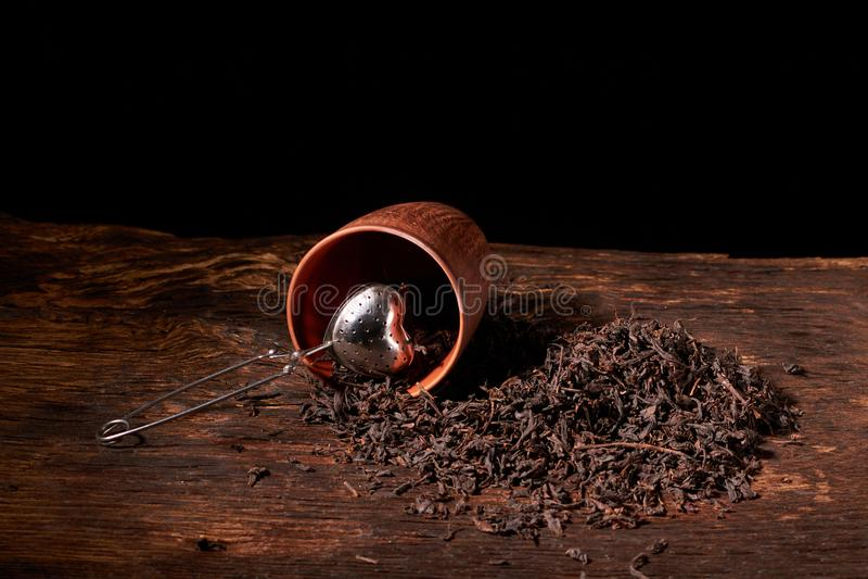 torr svart kinesisk teservis, med filtercloseupen, koppar och tekannan på bakgrund över gammalt wood bräde arkivfoto