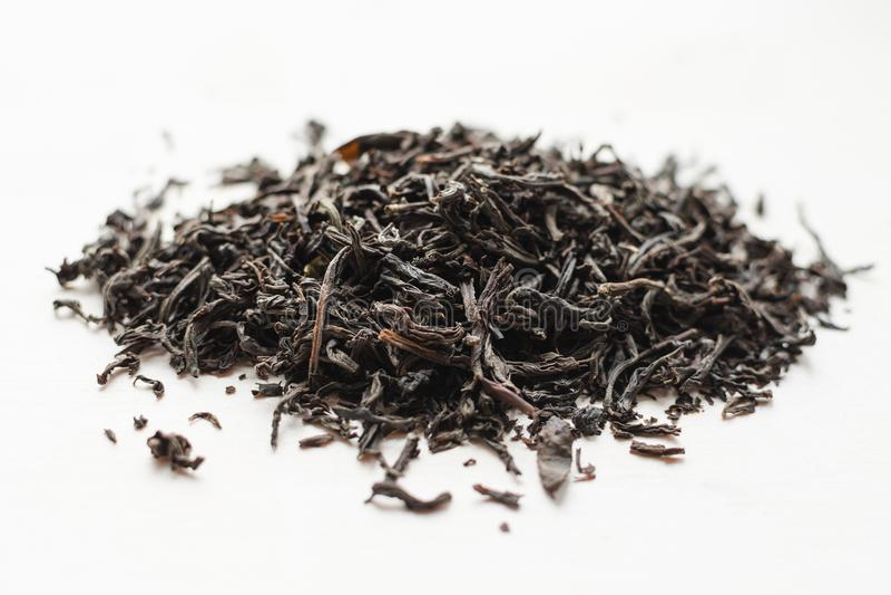 Torr svart tebladhög arkivfoto