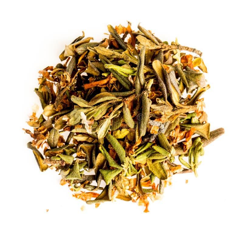 Torra teblad för aromatisk smulig handfull som isoleras på vit bakgrund Grönt och svart torrt te som isoleras på vit royaltyfria foton