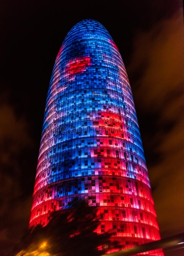 Torre荣耀,以前Agbar,夜视图在巴塞罗那, Cataloni 库存照片