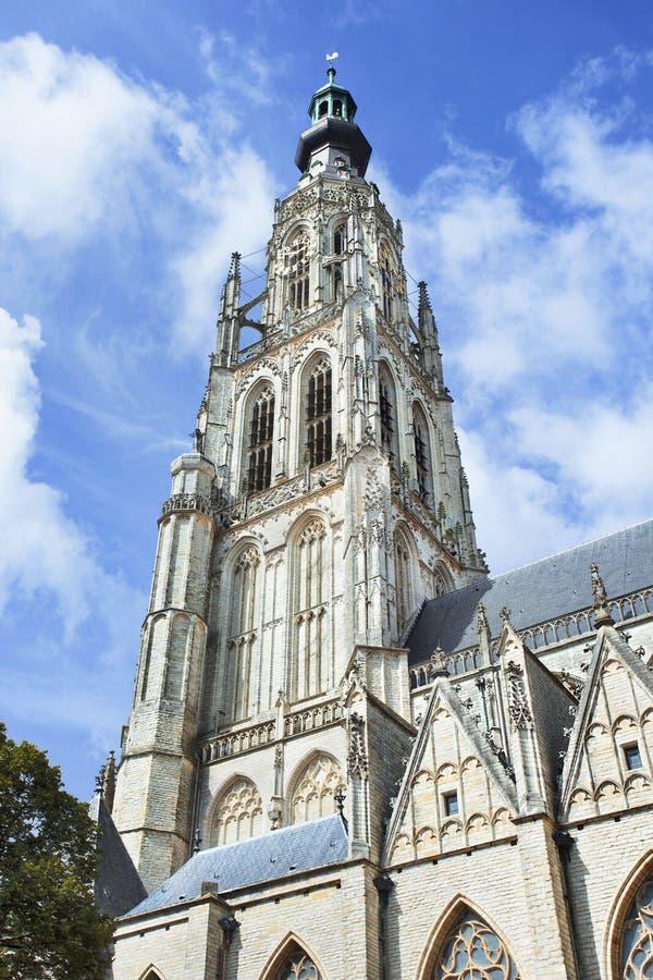 Torre adornada de la catedral en el viejo mercado, Breda, Países Bajos fotos de archivo