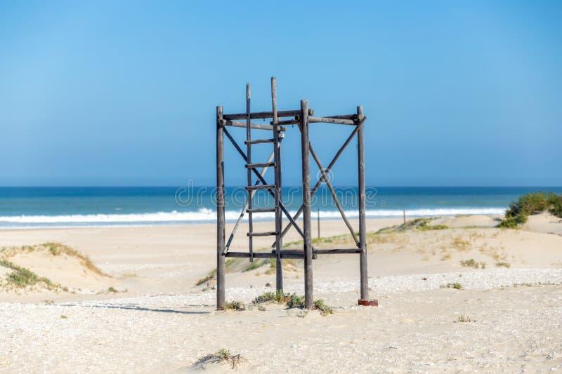 Torre africana de madeira velha do relógio na baía de Jeffreys imagem de stock