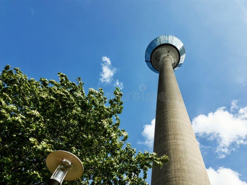 Torre alta com um céu bonito no fundo imagens de stock royalty free