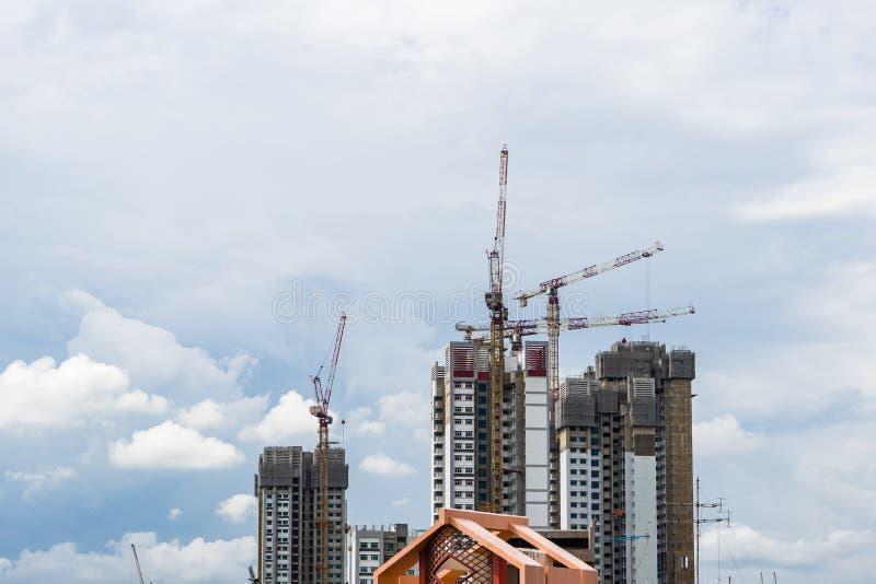 Torre alta da elevação de Singapura com o guindaste sob a construção fotografia de stock