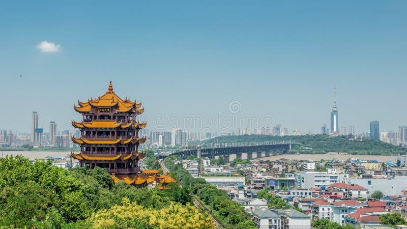 Torre amarela do guindaste foto de stock