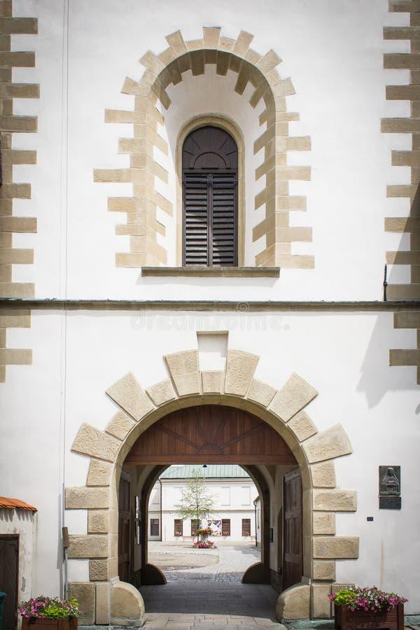 Torre antica, vista della via, città storica fotografie stock libere da diritti