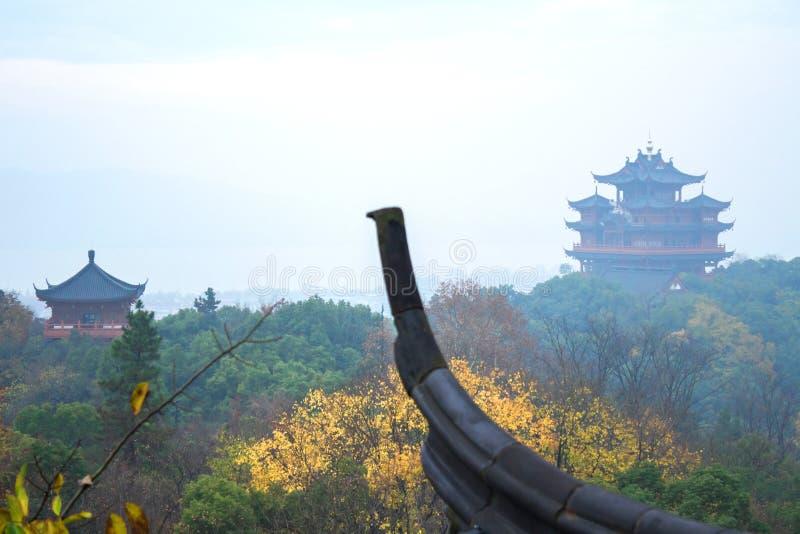 Torre antiga chinesa das construções Uma parte do telhado no primeiro plano foto de stock royalty free