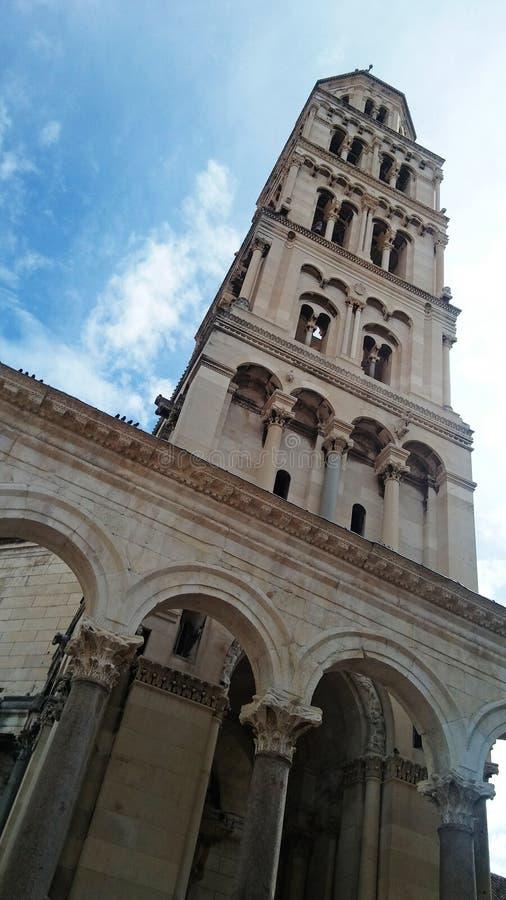 Torre antiga velha no céu azul imagens de stock royalty free