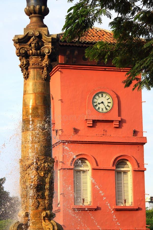 Torre antigua de la fuente y de reloj foto de archivo