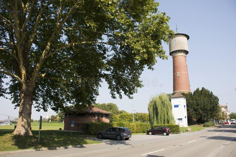 Torre antigua del agua subterránea o acuífero o central depuradora artesiano fotos de archivo