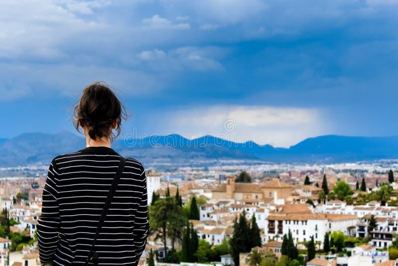 Torre antigua del moorish que hace frente a la ciudad de Granada, España fotos de archivo