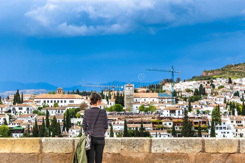 Torre antigua del moorish que hace frente a la ciudad de Granada, España fotos de archivo libres de regalías
