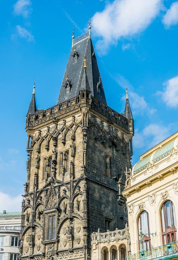 Torre antigua del polvo y una puerta del polvo Atracción turística de Praga imagenes de archivo