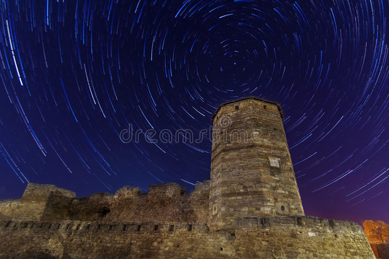 Torre antigua en los startrails del fondo foto de archivo