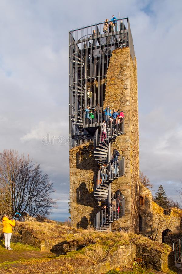 Torre após a reconstrução com muitos turistas na parte superior, Vysocina do castelo de Orlik nad Humpolcem, República Checa fotos de stock