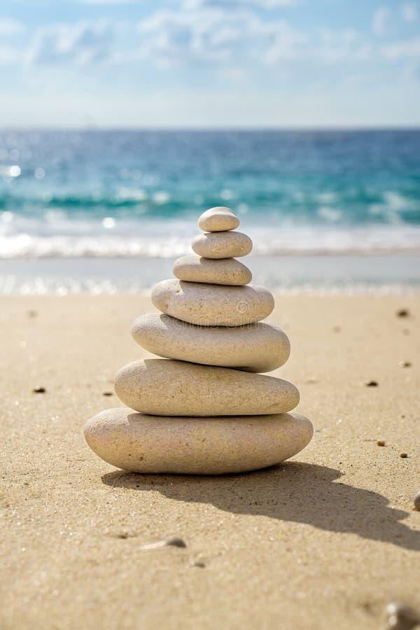 Torre apilada de equilibrar los guijarros lisos imagen de archivo libre de regalías