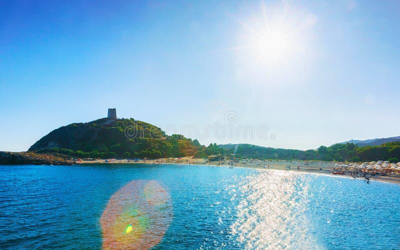 Torre arruinada en la playa de Chia en el mar Cerdeña de Mediterranian fotografía de archivo