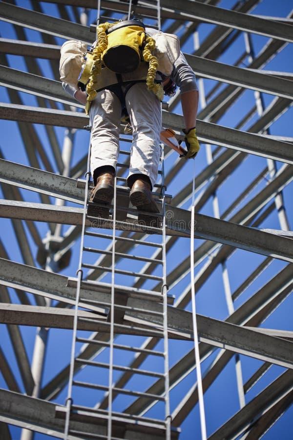 Torre ascendente del telefono cellulare dello scalatore fotografia stock