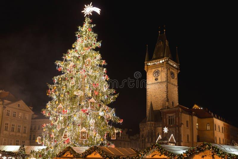 Torre astronômica Orloj do mercado do Natal de Praga, da árvore de Natal e da Praga foto de stock royalty free