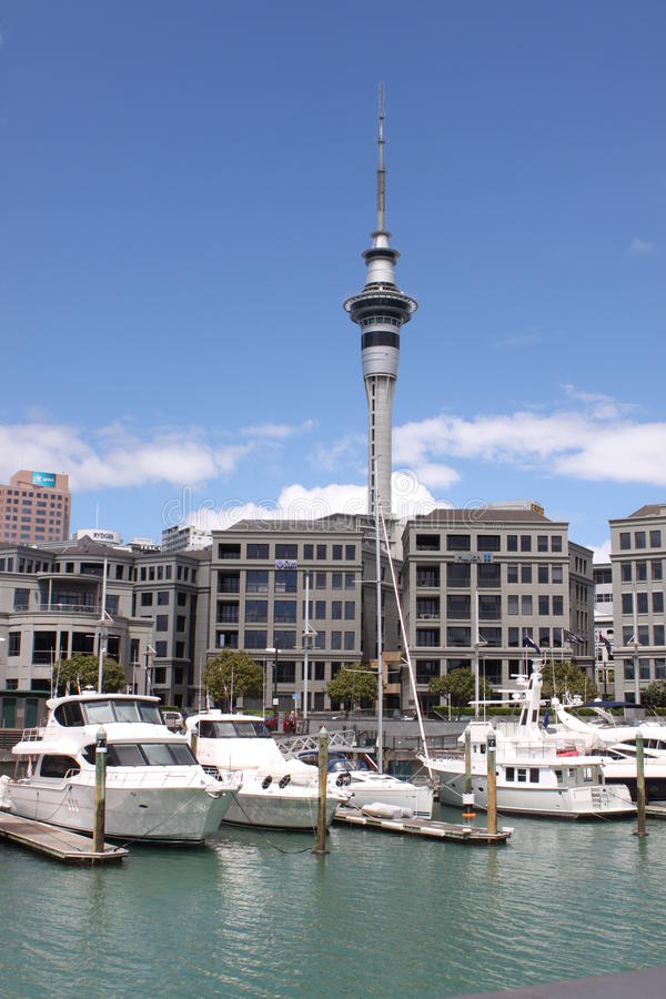 Torre auckland do céu foto de stock royalty free