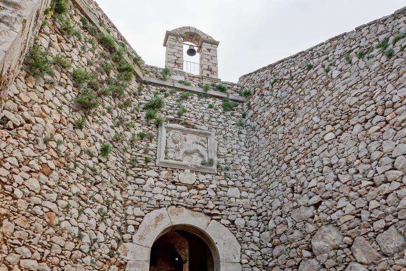 Torre Bell con un relieve en el Castillo Palamidi en Nafplio, Grecia imagenes de archivo
