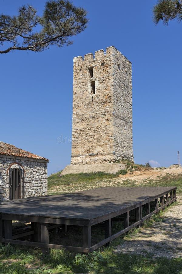 Torre bizantina antigua en la ciudad de Nea Fokea, Kassandra, Chalkidiki, Macedonia central, Grecia fotos de archivo libres de regalías