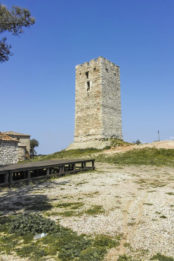 Torre bizantina en la ciudad de Nea Fokea, Kassandra, Chalkidiki, Grecia fotos de archivo