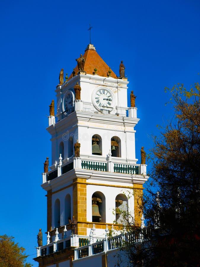 Torre blanca de la catedral metropolitana en Sucre imagenes de archivo