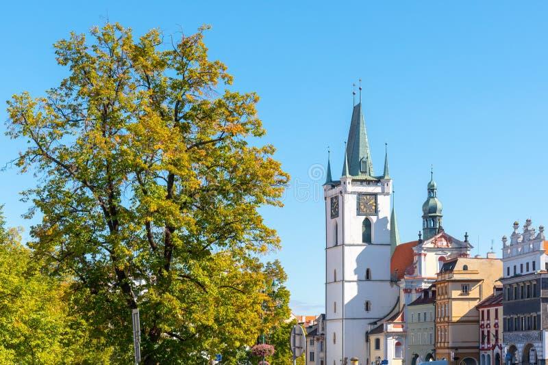 Torre blanca de toda la iglesia de los santos cerca del cuadrado principal de la paz, Litomerice, República Checa fotografía de archivo libre de regalías