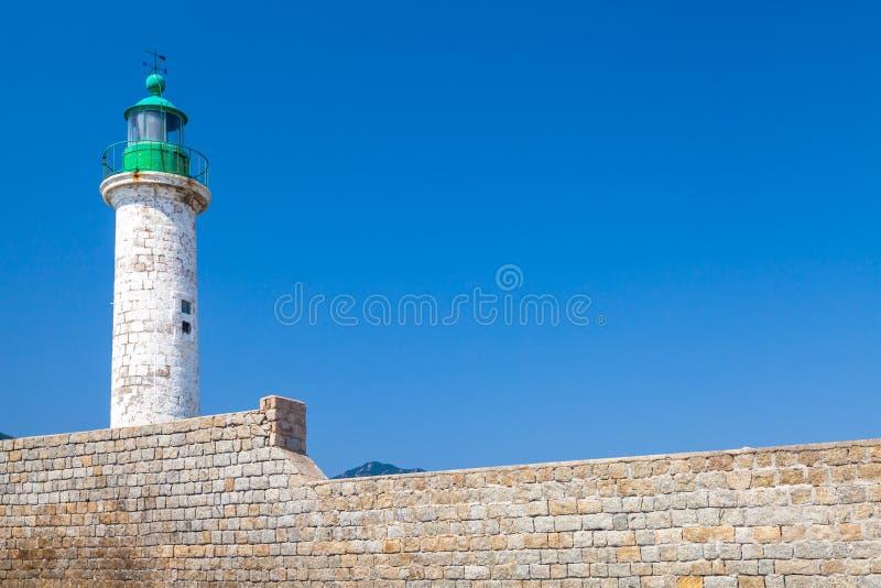 Torre blanca del faro en el embarcadero de piedra imágenes de archivo libres de regalías