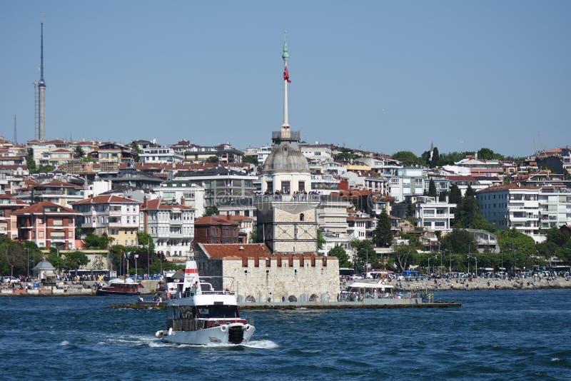 Torre Bosphorus Ä°stanbul, Turchia delle ragazze fotografia stock libera da diritti