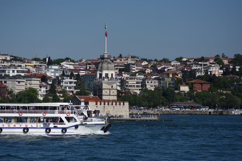 Torre Bosphorus Ä°stanbul, Turchia delle ragazze fotografie stock libere da diritti