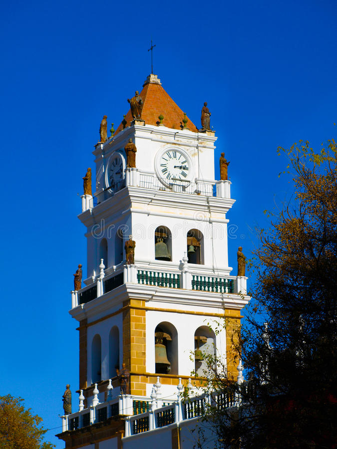 Torre branca da catedral metropolitana no sucre imagens de stock