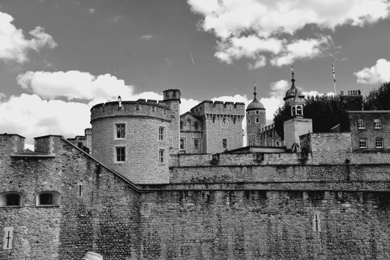 A torre branca famosa e a torre de Londres do banco sul através do rio Tamisa Atração turística histórica popular na foto de stock